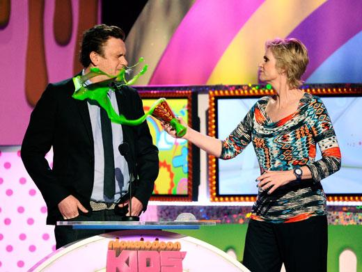 /nick-assets/blogs/images/kids-choice-awards/jason-segal-jane-lynch-kids-choice-awards.jpg