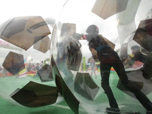 Bubble Trouble|The Nick celebs are speeding off in super sized soccer balls. Go for the goal, guys!