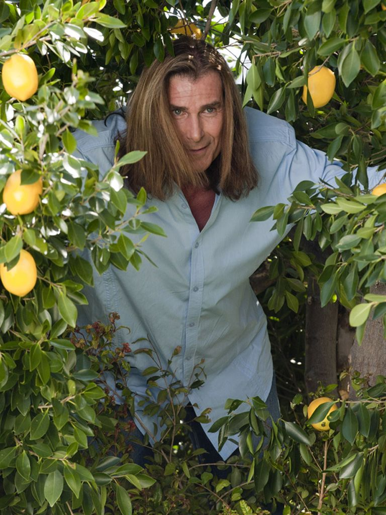 Peeping Tom-IO|Is that...can it be...FABIO?! We'd recognize that hair anywhere. But why is he snooping around in the bushes? Hope he doesn't get caught and make things all sour!