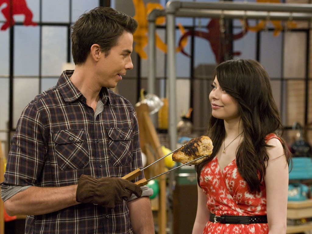 Tastes Like Chicken|Is Spencer cooking up some trouble for Carly? Or is this just another strange sculpture?