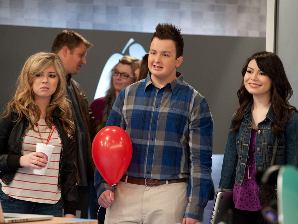 Mixed Reactions|The smiles fade from Miranda down to Jennette, wonder what they're seeing??