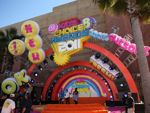 Quiet On Set!|The Countdown to the Kids' Choice Awards stage is all ready for the our fave celebs to arrive. We wonder what they're wearing...