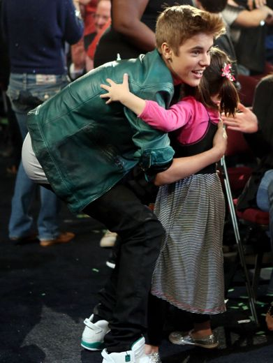 KCA 2012: Big Love|We love our little fans! And who better than the Biebs to spoon out some sugah?