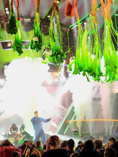 2012: Operation Slime Drop|Host Will Smith distracts the audience as a bevy of slime balloons bursts above them.