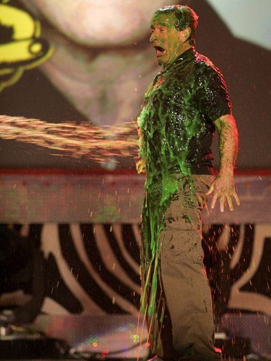 Williams Gets Hosed|Robin Williams (RV, Happy Feet) gets blasted at the '06 KCAs.