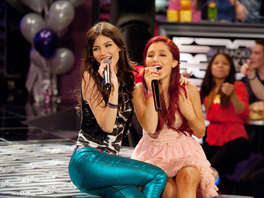 Sweet Serenades|Are Tori and Cat singing a song for a certain special someone in the crowd?